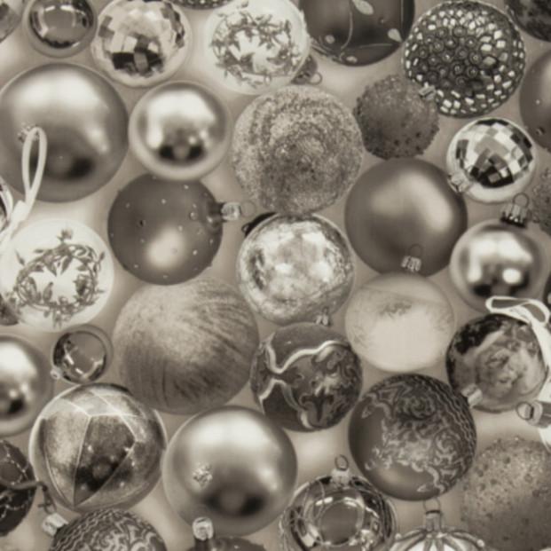 Julevoksdug med julekugler i sølv, 140 cm bred